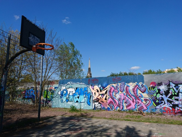 Basket (ony one) - next to the Berlin Wall