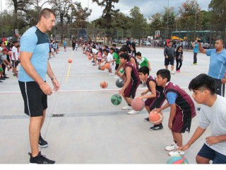 Argentine Olympic Champion training children