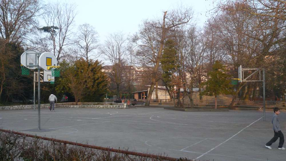Geneva basketball court rue de lyon courts of the world for Carouge piscine